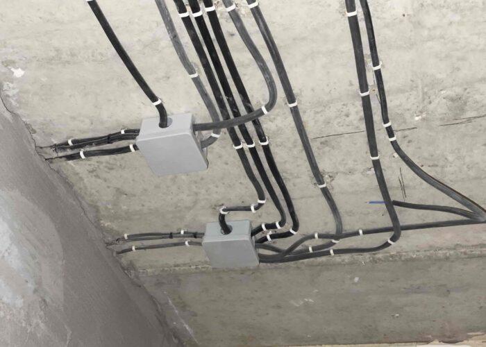Особенности профессионального монтажа электрики в загородном доме и коттедже под ключ